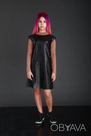 Черное платье из эко-кожи с трикотажными рукавами для девочки