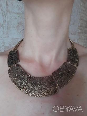 стильное красивое модное шикарное золотистое ожерелье