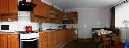 На першому поверсі — обладнана кухня, кімнати господарів, санвузол (туалет, умив. Сколе, Львовская область. фото 8