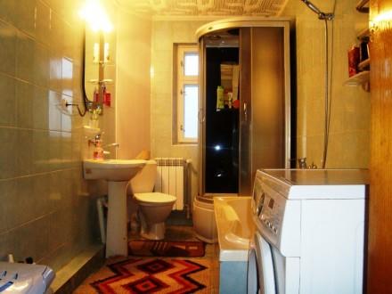 На першому поверсі — обладнана кухня, кімнати господарів, санвузол (туалет, умив. Сколе, Львовская область. фото 9