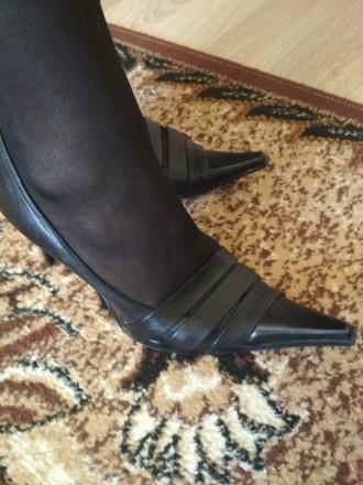 Кожаные женские туфли в отличном состоянии на каблуке черные фабричные носились . Чернигов, Черниговская область. фото 6