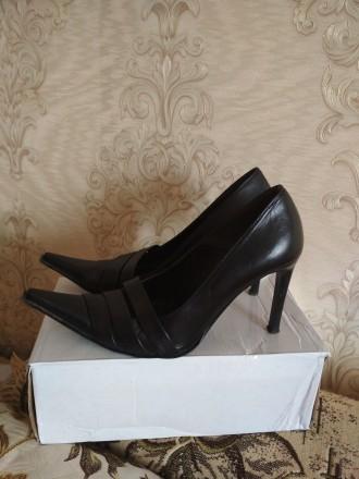 Кожаные женские туфли в отличном состоянии на каблуке черные фабричные носились . Чернигов, Черниговская область. фото 2
