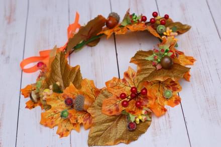 Осенний венок выполнен из листьев клена, декорирован желудями и грибами. Яркое . Харьков, Харьковская область. фото 7